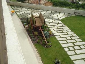 Jardin con decoracion y camino